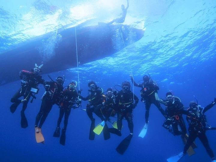 divers under boat